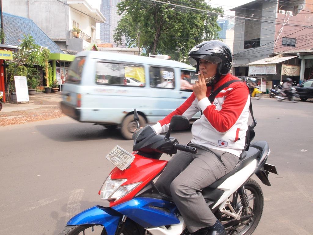 merokok-sambil-mengemudi