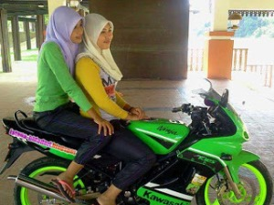 aa3bb-rider-cantik-jilbab-moge-kawasaki-ninja