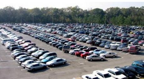 parkir mobil di luar ruangan