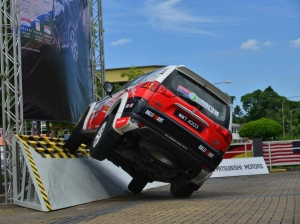 Pajero-Sport-through-an-obstacle-ride