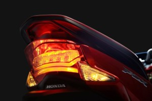 2015-Honda-PCX-150-001-640x427