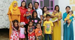 Setyo Joko Sunaryo alias Narjo foto bersama enam istri dan anak-anaknya.