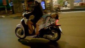 nekat-perempuan-biker-biarkan-anaknya-tidur-di-jok-belakang-skuter-yEbYhY4fYm