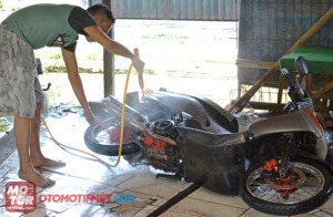 cuci-motor-miring