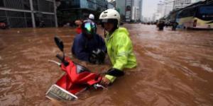 motor-banjir-bundaran-hi-jakarta